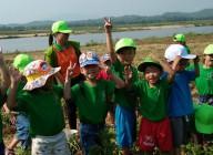 Hoạt động ngoại khóa của các bé lớp lớn 2; Bé thăm đám đậu phộng